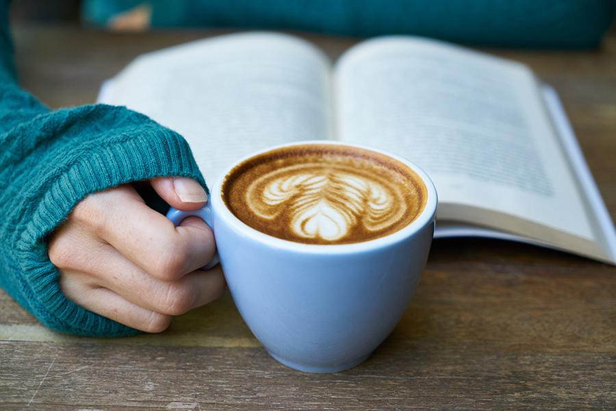 Je dagelijkse kop koffie uit een inbouw koffiemachine